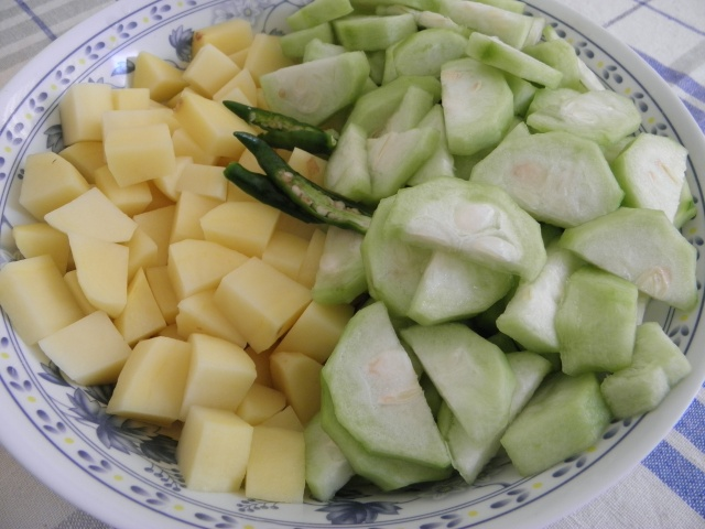 Potato & Ridge gourd pieces