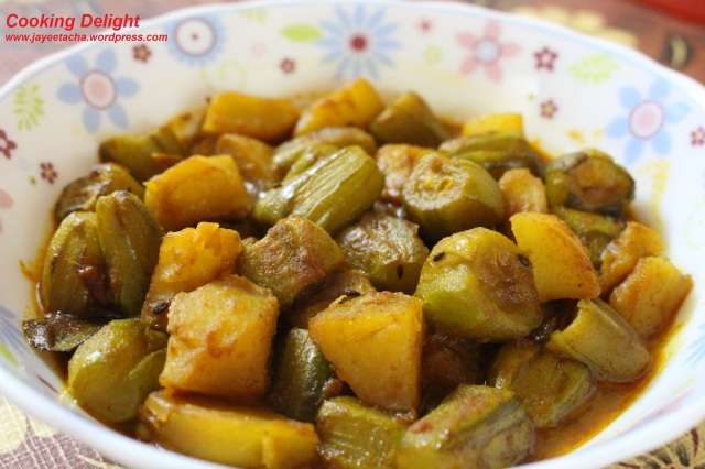 Patol Aloor Dalna (Point Gourd & Potato Curry)