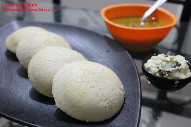 Idli with Sambar & Coconut chutney